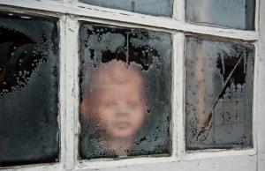 kind-achter-raam